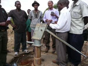 This pump was out of order for 4 years before GFR fixed it. The village elders promised to form a water commision to collect maintenance money in case of future breakdowns.
